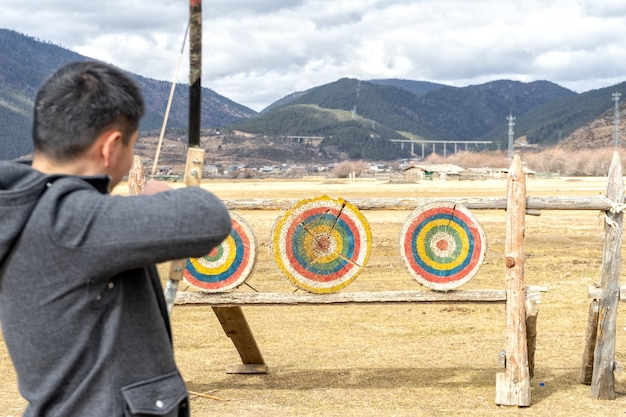 Le tir à l'arc est principalement un sport de compétition et une activité de loisir. concentrez-vous sur les cibles.