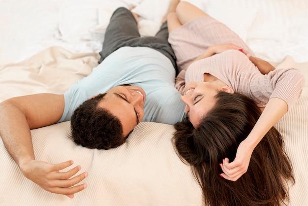 Tir complet couple heureux couché ensemble
