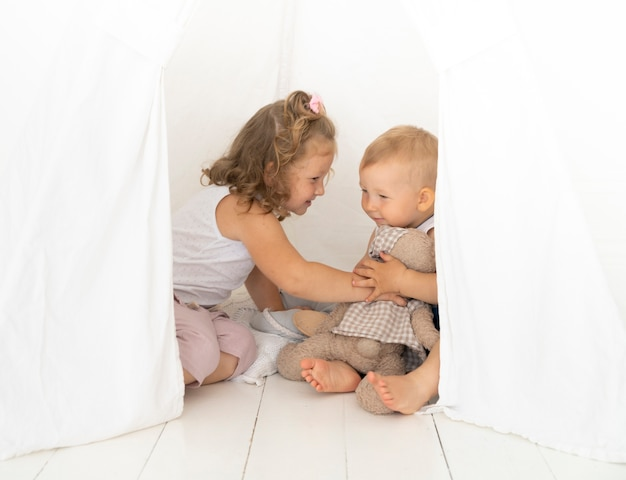 Tir complet enfants jouant dans la tente