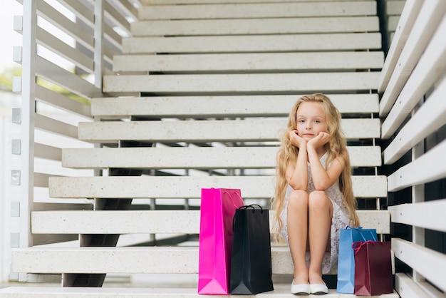 Tir complet fille assise sur les escaliers