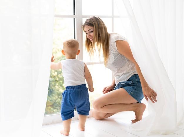 Tir complet mère souriant au fils