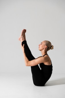 Tir complet position femme blonde complexe