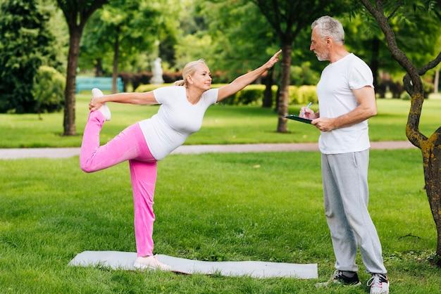 Tir complet vieux couple exerçant à l'extérieur