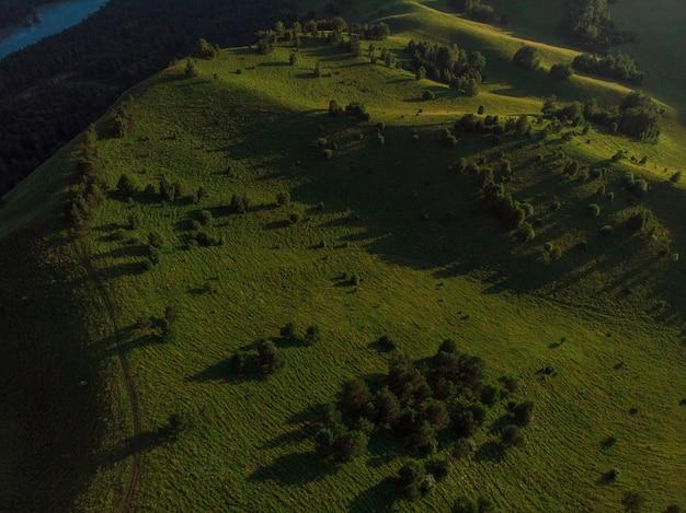 Tir de drone aérien de l'aube de la beauté au sommet des montagnes en été d'altay