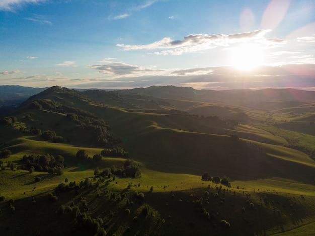 Tir de drone aérien de l'aube de la beauté sur le pic