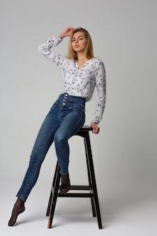 Tir d'essai sur toute la longueur pour un jeune mannequin séduisant porte un jean et une chemise bleus