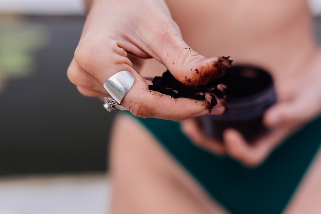 Tir extérieur d'une femme avec un gommage corporel au café.