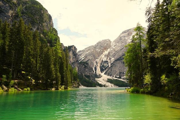 Tir horizontal du lac de prags dans le parc naturel de fanes-senns-prags situé dans le tyrol du sud, italie