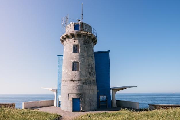 Tir horizontal du phare de matxitxako situé en espagne pendant la journée