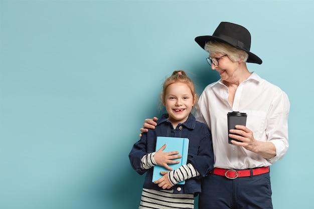 Tir horizontal de grand-mère affectueuse dans des vêtements à la mode