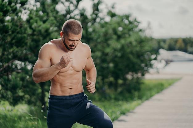 Tir horizontal de l'homme barbu actif a des exercices actifs en plein air