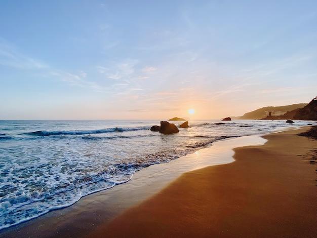 Tir hypnotisant d'un paysage marin à un beau coucher de soleil