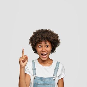 Tir intérieur d'une jolie fille émotive avec coupe de cheveux afro