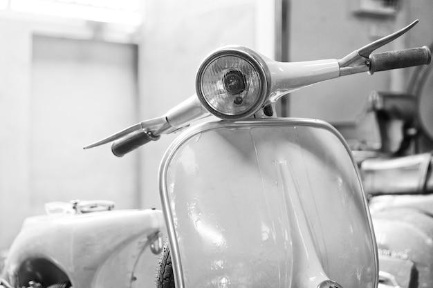 Tir monochrome d'un scooter vintage avec une faible profondeur de champ