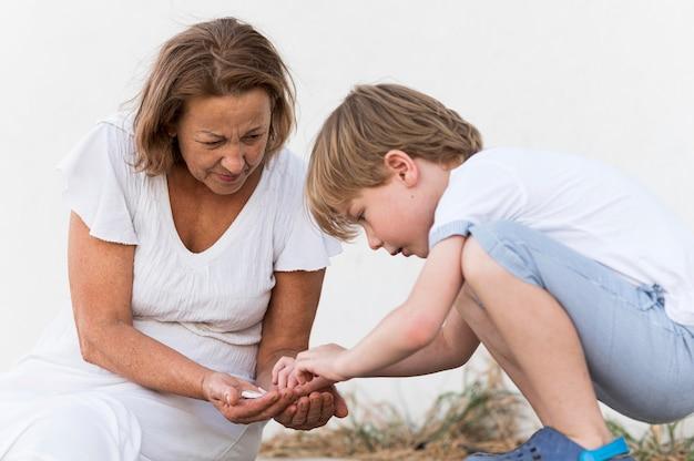 Tir moyen enfant et grand-mère avec des roches