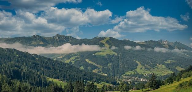 Tir panoramique d'un paysage de montagne un jour nuageux