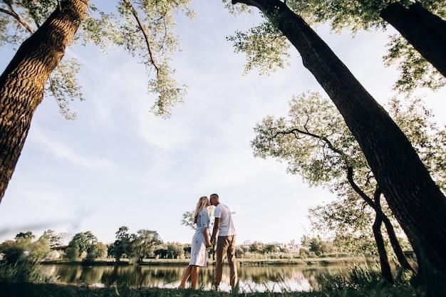 Tir en plein air du jeune couple amoureux