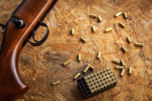 Tir, tir dans la rue, au sol, armes à feu, tir, obus au sol, balles sur la table, tir, tirs sur cible, cible, balle, mitraille, poudre à canon, fumée, bruit fort,