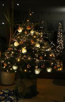 Tir vertical d'un arbre de noël décoré