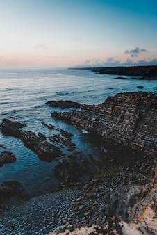 Tir vertical d'un beau coucher de soleil à la plage