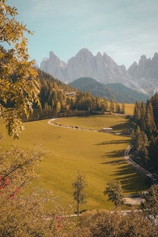 Tir vertical d'un beau village dans une colline entourée de montagnes