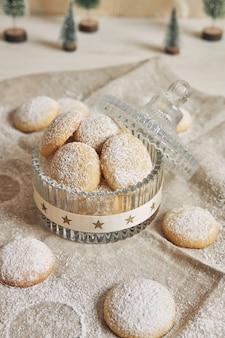 Tir vertical de biscuits avec du sucre en poudre pour noël