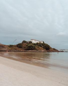 Tir vertical du bâtiment historique du fort saint matthieu à rio de janeiro