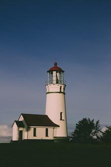 Tir vertical du phare de cape blanco dans l'état de l'oregon