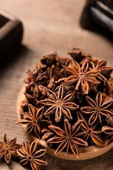 Tir vertical d'étoiles d'anis sur une table en bois