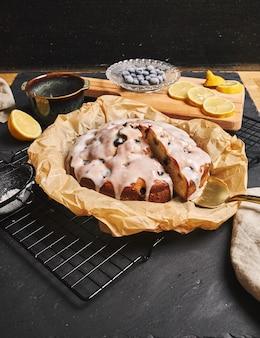 Tir vertical d'un gâteau aux cerises avec de la crème et des ingrédients sur le côté