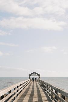 Tir vertical de la jetée de loisirs de l'état de waimea à hawaii usa