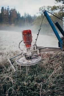 Tir vertical d'une moissonneuse agricole dans le domaine
