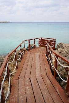 Tir vertical d'un quai en bois avec l'océan et le ciel en arrière-plan