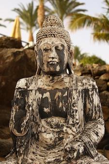 Tir vertical d'une statue de bouddha