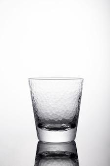 Tir vertical d'un verre avec de l'eau sur un bac blanc