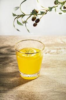 Tir vertical d'un verre de jus d'orange frais