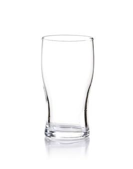 Tir vertical d'un verre vide isolé sur fond blanc