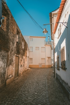 Tir vertical d'une voie au milieu de bâtiments blancs sous un ciel bleu