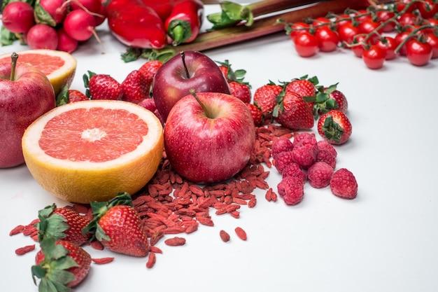 Tir vibrant de fruits rouges et de légumes sur fond blanc