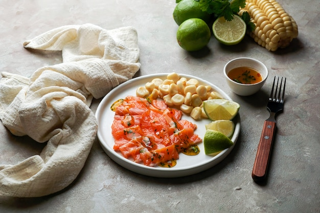 Tiradito de saumon. plat péruvien de poisson cru, carpaccio
