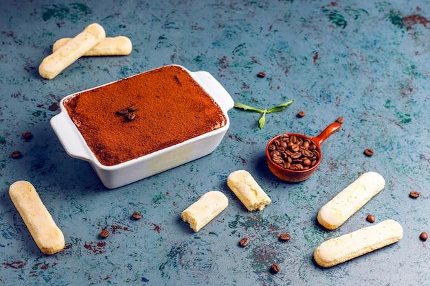 Tiramisu dessert italien traditionnel dans une assiette en céramique
