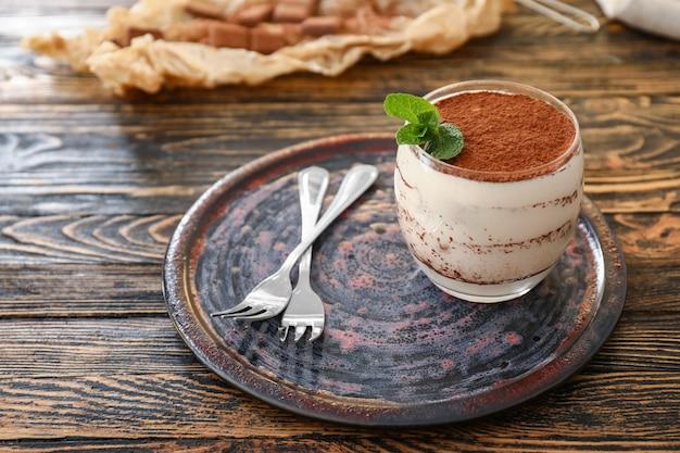 Tiramisu savoureux sur table en bois