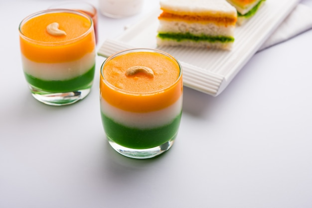 Tiranga ou aliments sucrés tricolores fabriqués à partir des couleurs du drapeau indien et servis dans un verre en couches. mise au point sélective
