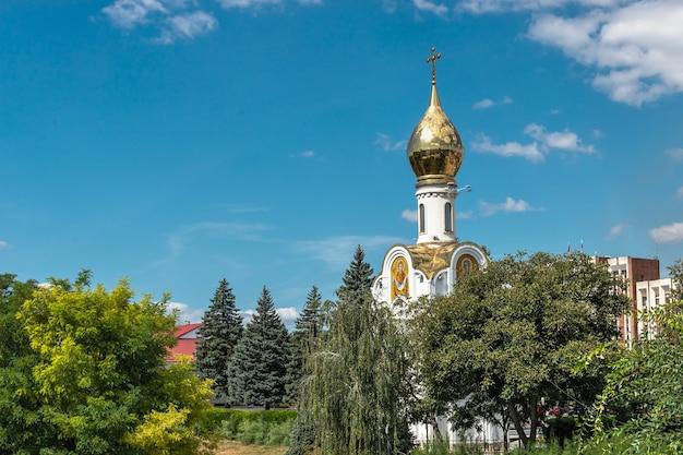 Tiraspol, moldavie 06.09.2021. chapelle de saint georges le victorieux à tiraspol, en transnistrie ou en moldavie, par une journée ensoleillée d'été