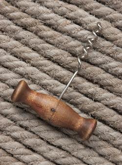 Tire-bouchon sur le fond de la corde de chanvre