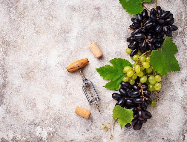 Tire-bouchon vintage et raisin