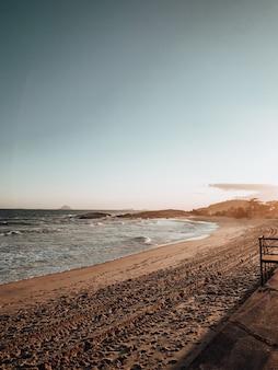 Tiré d'une plage vallonnée près de rio de janeiro, brésil