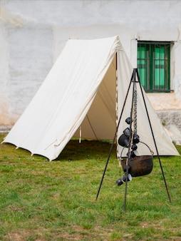 Tiré d'une tente à l'extérieur de la maison