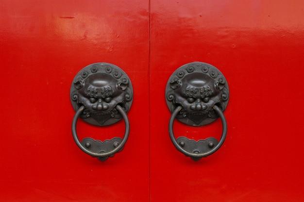 Tiré d'une vieille poignée de porte métallique de style chinois avec des gardiens de lion