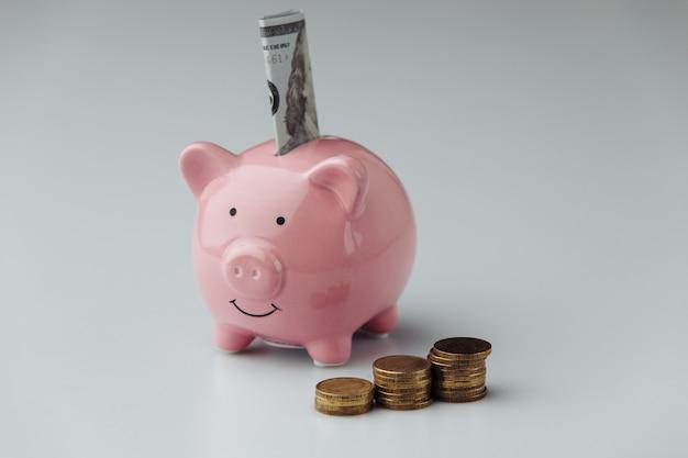 Tirelire avec de l'argent. concept de financement et d'investissement